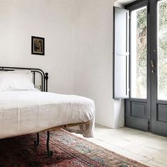 Modt minimal bedroom I have ever seen, a bit too boring for me but I would like to have a organized room like this! Home Bedroom, Bedroom Decor, Bedrooms, Wall Decor, Interior And Exterior, Interior Design, Traditional House, Modern Traditional, Cheap Home Decor