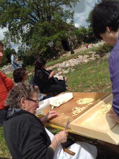 Le mani esperte di nonna Angela alle prese con le #orecchiette #invasionidigitali #invadiAmoTrulloMarziolla