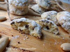 I Biscotti Morbidi Mandorle e cioccolato,sono dei deliziosi bocconcini morbidissimi arricchiti con goloso cioccolato fondente.