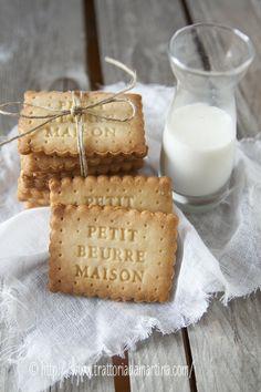 Biscottini Petit beurre: 100g di zucchero; 100g di burro salato; 63ml/g di acqua; 1g di sale; 250g di farina 00; 4g di lievito chimico per dolci.