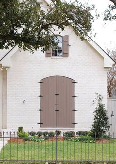 Fabulous White Colors Of Bricks For Home Design On Two Story Home Design With Gable Roof And Arched Windows And Arched Wooden Door Design. Splendid Colors Of Brick For Homes Design. Exterior Colors, Exterior Paint, Exterior Design, Paint Colors For Home, House Colors, Painted Brick Exteriors, Brick Arch, Wooden Door Design, Modern Farmhouse Exterior