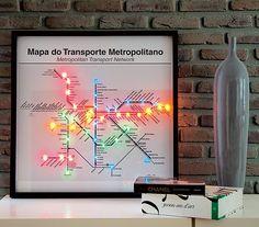 O designer Marcus Ferreira criou o quadro-luminária, uma alternativa criativa ao abajur. A reprodução do mapa do metrô foi baixada da internet. Em seguida, ele fez furos e instalou as luzinhas – daquelas coloridas, usadas na decoração de Natal