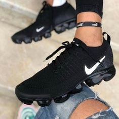 It's important to choose the correct women's sneakers when using them for different activities. Read more to learn how to choose the right women's sneakers. Moda Sneakers, Cute Sneakers, Casual Sneakers, Sneakers Fashion, Casual Shoes, Black Sneakers, Sneakers Adidas, All Black Nike Shoes, Sneakers Workout