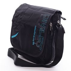 #taška #diviley Černá taška přes rameno Diviley z kvalitního textilu. Černá taška s potiskem v modré barvě s klopou, která ukrývá jednu velkou a jednu menší kapsu na zip. Uvnitř velké kapsy jsou další dvě, jedna na zip a jedna bez zipu. V menší kapse je menší pořadač na různé drobnosti. Tuto tašku využije jistě každý muž. Ideální pro volný čas.