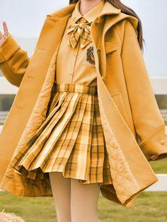 Uniforme aesthetic de mujer Hufflepuff Hogwarts Harry Potter Uniform, Hogwarts Uniform, Harry Potter Feels, Harry Potter Merchandise, Harry Potter Outfits, Girly Outfits, Cute Casual Outfits, Korean Fashion Dress, Kawaii Clothes
