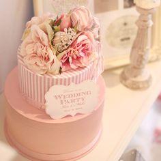 花嫁さんに人気の淡いピンクとストライプ、ドットチュール、ティアラなど可愛いアイテムをぎゅっと詰め込んだ、ケーキ型ウェディングウェルカムボード。土台から丁寧に手作りした、布の風合い優しいカルトナージュケーキです。可愛いインテリアにもなり、ボックスとしてもお使い頂けます。ギフトにも♪