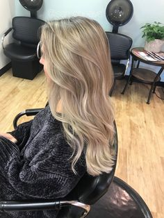 Platinum Icy cool natural blonde hair easy maintenance for brown and lighter hair types / 2018 winter hair trends