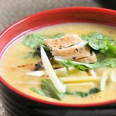 Hozzávalók   1 liter csirke erőleves 2 csirkemell, kicsontozva 2 teáskanál finomra reszelt friss gyömbér 1 evőkanál CI V ITA kukoricaliszt 60 ml víz 420 g kukoricakonzerv, vagy kukorica megfőzve 100 g füstölt sonka, vékonyra szeletelve 2 tojásfehérje 1 CI V ITA kukoricaolaj 6 zöld mogyoróhagyma, vékonyra... Thai Red Curry, Ethnic Recipes