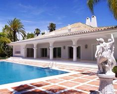 Holiday vibes inspired by this sensational property in Marbella, situated within the exclusive and peaceful Nueva Andalucía Golf Valley. ⛳ #spain #españa #marbella #costadelsol #costa #sol #totalwhite #white #marble #swimmingpool #golf #sport #glamour #palm #art #statue #venus #luxuryliving #travel #sea #holiday #испания #побережье #солнце #бассейн #гольф #гламур #пальмы #искусство #статуя
