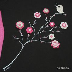 Здесь птичка – из хлопка, цветы – вязаные с серединками-пуговицами. Ветки дерева – акрил + бисеринки.