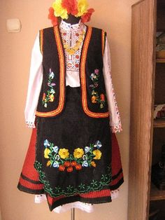 Thracian, Bulgarian woman's costume # Perunika 53 EOOD / # Перуника 53 ЕООД [http://www.biznesa.com/modules/icontent/index.php?page=851]