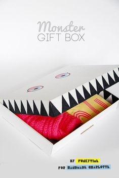 DIY Monster Gift Box Need a fun packaging idea for a spooky gift? All you need is a box and a black marker, and you can whip one up in under 10 minutes. Wrapping Ideas, Gift Wrapping, Diy For Kids, Crafts For Kids, Diy Gifts, Handmade Gifts, Gift Packaging, Diy Halloween, Creative Gifts