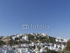 Hügel mit schneeweißen Ferienhäusern vor blauem Himmel in Bodrum am Ägäischen Meer in der Provinz Mugla in der Türkei
