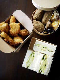 「ハクメイとミコチ」(樫木祐人)のいなり弁ときゅうりサンド、揚げ山芋の駅弁