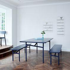 Diagonal spisebord fra Woud, Designet av Signe Hytte. Beina er asymmetrisk formet for å skape en uni...