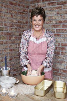 <strong>ILDSJEL:</strong> Inger Kløkstad utvikler stadig nye bakeoppskrifter, og har stor glede av å arrangere kostholdskurs. – Målet er alltid at  brødet skal være sunt og mette godt, sier hun. Foto: Bjørgli & Bergersen