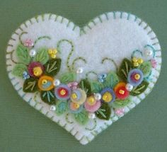 Felt Applique Heart Pin by Beedeebabee on Etsy Felt Embroidery, Felt Applique, Flower Applique, Embroidery Patterns, Fabric Crafts, Sewing Crafts, Felt Decorations, Felt Christmas Ornaments, Felt Brooch