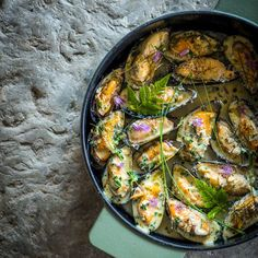 Lekker recept gevonden: Moules à l'escargot van Sergio Herman Fish Recipes, Lunch Recipes, Seafood Recipes, Great Recipes, Healthy Recipes, Cooking Recipes, Oven Dishes, Fish Dishes, Food Out