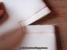 Passo a passo de como fazer um bolso embutido. Geralmente encontrado em peças mais finas e sociais, é super estiloso, e um detalhe q... Costura Fashion, Fashion Sewing, Sewing Techniques, Couture, Welt Pocket, Refashion, Patches, Stitch, Tips