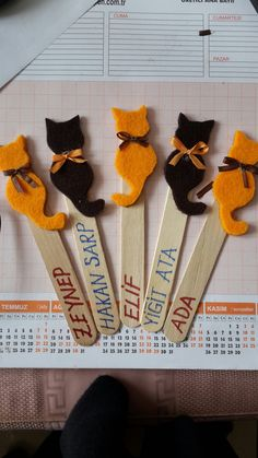 Felt Bookmark, Bookmark Craft, Bookmarks Kids, Popsicle Stick Crafts, Craft Stick Crafts, Felt Crafts, Diy Arts And Crafts, Crafts For Kids, Chat Crochet