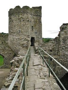 Kidwelly Castle was built by the Norman lord, Roger, Bishop of Salisbury in the 12 century after the lands there were given to him by King Henry I, son of William the Conqueror.