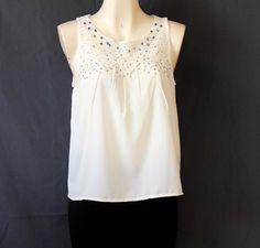 #Blusa #blanca con #brillos y #encaje en #cuello