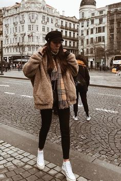 The best looks to wear with your Converse white . - The best looks to wear with your white Converse Informati - Casual Winter Outfits, Winter Fashion Outfits, Look Fashion, Stylish Outfits, Fall Outfits, Comfy Winter Outfit, Fashion For Winter, Winter Layering Outfits, Outfits Otoño
