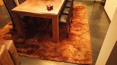 #gezellige eetplaats met een #hoogpolig tapijt die een warm oranje tint heeft.
