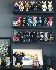 Cant get enough of bearbricks. Id fill every wall in my home with shelves just to display them all in a clean fashion like this. How do you prefer to display yours ? Funko Pop Display, Toy Display, Bedroom Setup, Bedroom Decor, Hypebeast Room, Game Room Design, Hypebeast Wallpaper, Room Goals, Vinyl Toys