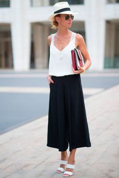 Find here inspiration for a black culottes outfit. Style tips on how to wear black culottes or what to wear with black culottes. European Street Style, Look Street Style, Nyfw Street Style, Street Style Trends, European Men, Street Styles, Mode Chic, Mode Style, Mode Outfits