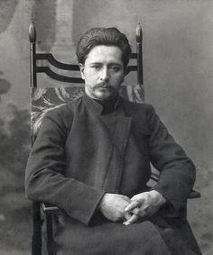 Leonid_Andreyev_sitting_on_a_chair_II.jpg