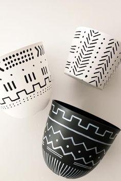 Painted Plant Pots, Painted Flower Pots, Pots D'argile, Keramik Design, Fleurs Diy, Pottery Painting Designs, Tribal Patterns, Boho Diy, Bohemian Crafts