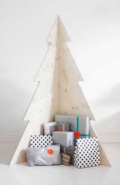 This year, go off the holiday grid with a completely unique idea that will make a statement in any space. Read on for 26 of our favorite alternative Christmas trees for your most show-stopping holiday yet. Contemporary Christmas Trees, Traditional Christmas Tree, Modern Christmas, Minimalist Christmas, Simple Christmas, Christmas Aesthetic, Beautiful Christmas, Wooden Christmas Trees, Noel Christmas