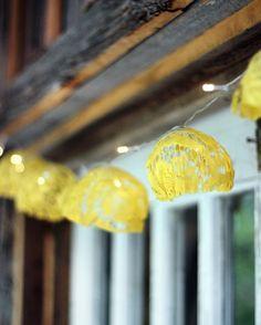 """Aquele """"pisca pisca"""" do natal pode virar uma luminária super fofa com renda. Super charmosa essa inspiração não é mesmo? #piscapisca #renda #amarela #luzes #luminária #decoração #ideia #inspiração #fridaynight #decor #artesanato #feitoamão #euamofazerartesanato"""