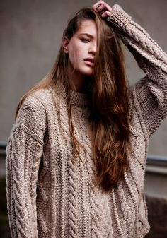 Oversize wool jumper | Free hair | Pale milky tea coloured cable knit |