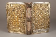 Reliure d'Evangile - Gospel Book binding, Armenia by Armenian Museum of France. Medieval Books, Medieval Art, Medieval Manuscript, Antique Books, Vintage Books, Oldest Bible, Armenian Culture, Gold Book, Bible Covers