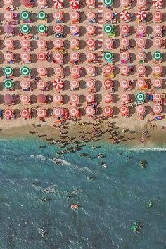 fotógrafo alemão Bernhard Lang passou o seu período de férias em um resort à beira-mar da cidade de Adria, Itália – um local que é absolutamente coberto com guarda-sóis.