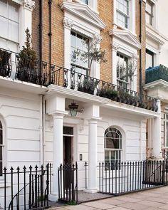 Una fachada victoriana da paso a interiores de elegancia acogedora y tranquila. La decoradora Katrina Phillips ha plasmado en la reforma de esta casa londinense toda una filosofía de vida y su amor...
