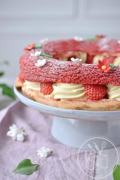 Between Paris-Brest and Fraisier – Crown of choux pastry garnished with strawberries, mousseline cream and whipped cream French Desserts, Köstliche Desserts, Delicious Desserts, Dessert Recipes, Eclairs, Profiteroles, Paris Brest, Graduation Desserts, Choux Pastry