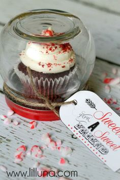 """Cupcake Gift Jar"" ... ~Sherry~  Instructions & printable gift tag: http://lilluna.com/cupcake-gift-jar/"