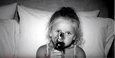 """Parece que existe uma ameça extrema à segurança nacional nos EUA: as crianças, segundo o comercialsatírico da Brady Campaign to Prevent Gun Violence, criado pelaMcCann de Nova York. O comercial (assista abaixo)demoniza os pequenos com armas, em estilo sensacionalista, mostrando imagens debebês armados com manchetes do tipo: """"Mulher baleada e morta por filho de três anos""""ou""""Criança atira empais depois de encontrar arma"""". Todos os textos sãobaseados em dados reais, com manchetes…"""