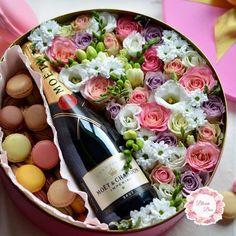 Candy Bouquet Diy, Food Bouquet, Diy Bouquet, Flower Box Gift, Flower Boxes, Flowers In A Box, Rosen Box, Wine Gift Baskets, Basket Gift