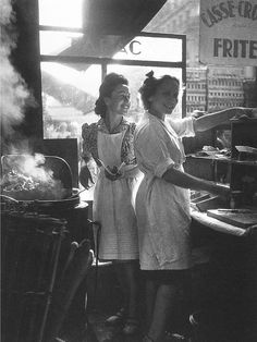 willy ronis The war is over! Post World War II, a couple of French gals take part in the small pleasures of life in Willy Ronis' 1946 silver print entitled Rue Rambuteau, seen in our Important Photographs & Photobooks sale from October Willy Ronis, Robert Doisneau, Old Paris, Vintage Paris, Vintage Cafe, Retro Vintage, Photos Du, Old Photos, 1940s Photos