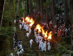 Sin duda alguna, el Nachi No Ogi Matsuri (o Nachi No Hi Matsuri, Festival de Fuego de Nachi) es el festival más impresionante del verano en Japón. Matsuri Festival, Nihon, Summer, Festivals, Fire, Impressionism, Wrapping Gifts, Awesome, Travel