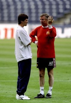 Manchester United manager Alex Ferguson talks to suspended captain Roy Keane during training for the UEFA Champions League final against Bayern Munich at the Nou Camp in Barcelona Manchester United Images, Manchester United Legends, Manchester United Players, Alex Ferguson Book, Bobby Charlton, Roy Keane, Football Icon, Premier League Champions, Soccer Coaching