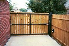 Your home sweet home can have decorative and functional privacy fence gate. It should play role as privacy fencing with great look that beautifies your Timber Gates, Wooden Gates, Fence Gate Design, Yard Design, Building A Gate, Wood Privacy Fence, Wood Fences, Wood Swing, Driveway Gate