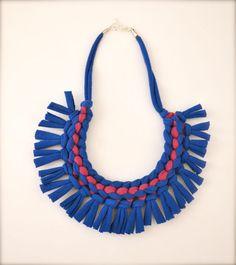 tribal statement necklace blue magenta fringe door Pamplepluie   Inspiratie, maar niet zo moeilijk te haken, denk ik...