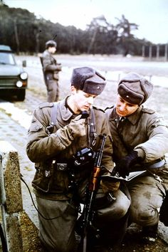 Warsaw Pact, German Uniforms, Military Pictures, Fun World, East Germany, Berlin Wall, Red Army, 6 Photos, Military Weapons