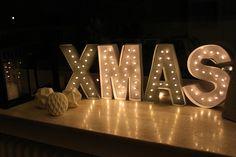 DIY Leuchtbuchstaben Weihnachtsdeko Buchstaben XMAS selber basteln. Eine schöne Idee Deko für Zuhause schnell selbst gemacht. Günstig und kreativ. Leuchtbuchstaben für die Fensterbank
