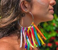 I want to try making these cute earring with big hoops and color ribbons. Would be great for a festival! Diy Carnival, Carnival Costumes, Festival Outfits, Festival Fashion, Diy Festival Clothes, Karneval Diy, Theme Halloween, Pride Outfit, Diy Accessoires